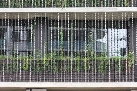 Vegetal-Rain-Chains-Facade-Building-in-Japan2-900x600